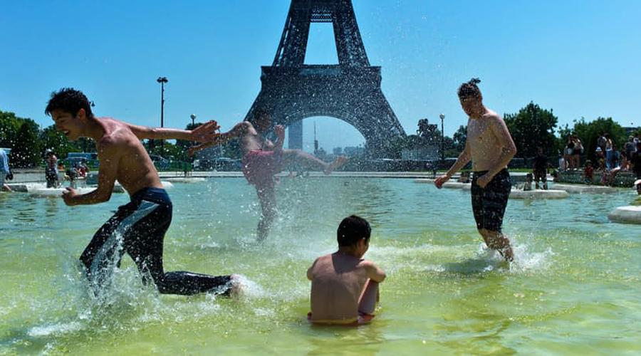 Европейская тепловая волна В конце лета 2003 года температура в Европе подскочила до 40 градусов по Цельсию. Больше всего пострадала Франция, жители которой просто не представляли, как спасаться от аномальной жары. За два следующих месяца число погибших составило более 70 000 человек, основной причиной смерти являлись тепловые удары и инфаркты.