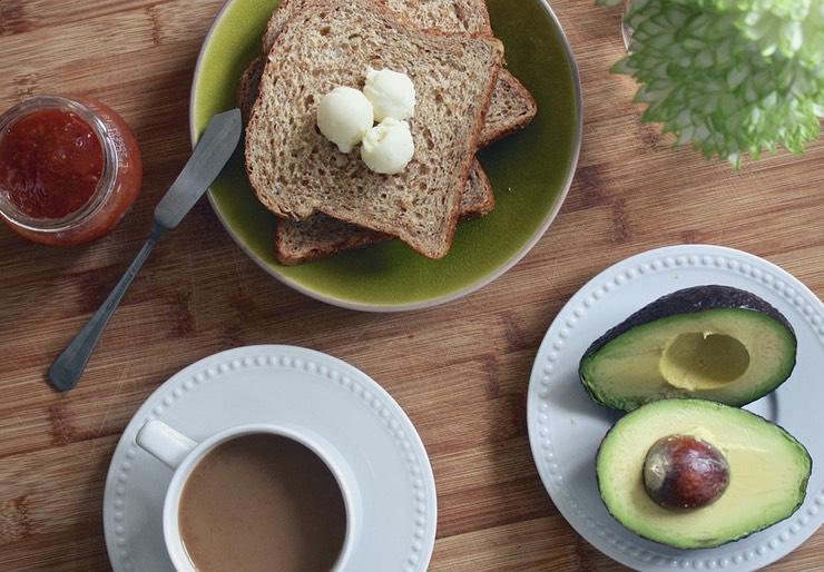 Завтрак Завтрак — это отличный способ увеличить скорость обмена веществ за пределами спортзала. Вне зависимости от возраста человек просто должен завтракать, притом лучше будет принимать пищу богатую белком.