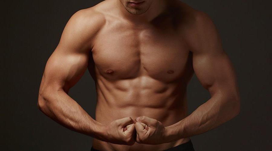Рельефный пресс Результат: 4-6 недель Рельефный пресс потребует от вас серьезного подхода к делу. Тренироваться придется не менее 4 раз в неделю, притом основное внимание нужно уделять не скручиваниям, а работой с тяжелыми весами. Дело в том, что мышцы кора используются для стабилизации тела в пространстве: уделяйте больше времени приседаниям со штангой и поднятиям штанги над головой стоя.