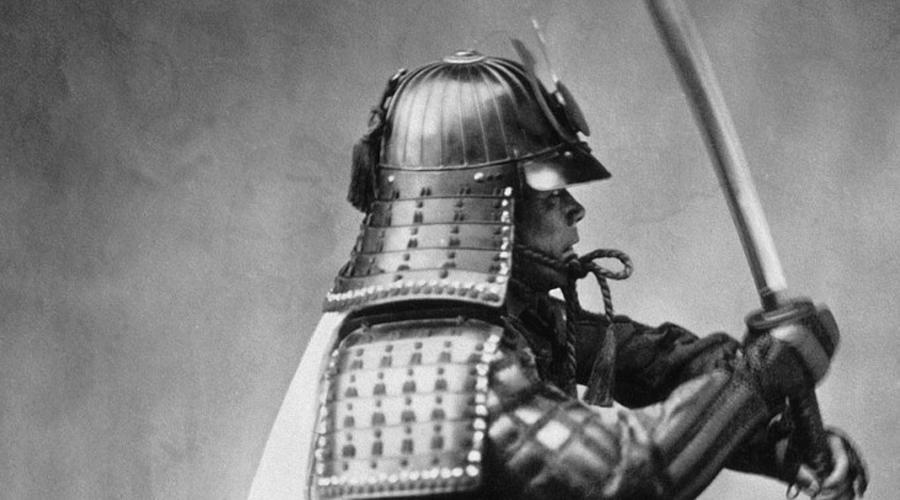 Бусидо Вся жизнь самурая проходила в точном соотвествии с морально-этическим кодексом, Бусидо. Слепое подчинение приказам старшего позволяло дайме провинций с уверенностью опираться на свои войска, но оно же делало самураев не самыми гибкими (в тактическом плане) противниками. Сегодня историки считают, что всего 10% населения Японии принадлежало к этому военному сословию — самураем мог стать только сын самурая.