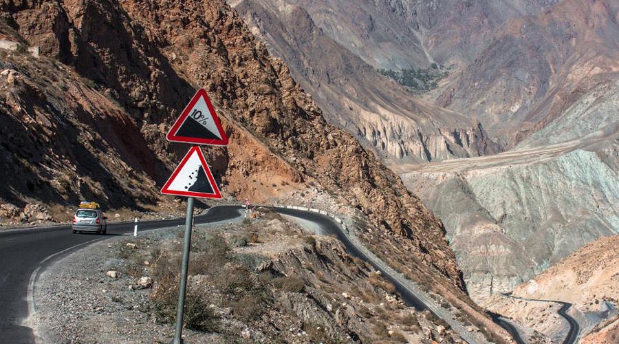 Таджикистан 18.8 человек на 100 000 населения И вы только что увидели пятерку стран, дороги которых практически не несут опасности ДТП. Пришло время перейти ко второй части материала: список опасных стран открывает Таджикистан, где в ДТП гибнет18.8 человек на 100 000 населения.