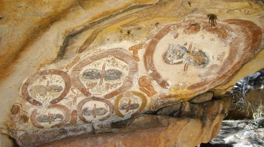 Петроглифы Ванджина Мифы и легенды, окружающие эти рисунки, подчеркивают, что изображенные на них светлокожие божества принесли знания туземцам. По одним версиям мифов, в далекие времена эти боги пришли с небес, а по другим, они приплыли с другого берега Индийского океана на огромных кораблях, что иногда объясняют дальними путешествиями финикийских мореходов около 3000 лет назад. Фигуры Ванджина человекоподобны, но сразу бросается в глаза их инаковость. Ещё более интересны их одеяния и головные уборы, в описание которых так и просятся слова «скафандр» и «шлем», и это при том, что для быта австралийских аборигенов до прихода европейцев концепция практически любой одежды является совершенно чуждой.