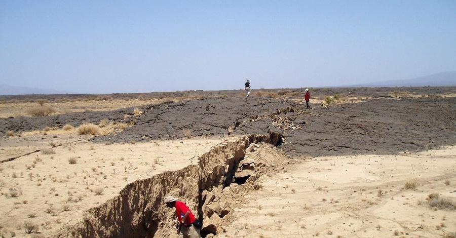 История распада Тридцать миллионов лет назад Африка была одной большой тектонической плитой. Затем из-под земной коры поднялся гигантский поток расплавленной магмы и начал рассекать африканскую континентальную плиту. Этот поток отделил Аравийский полуостров от Африки и создал Красное море.