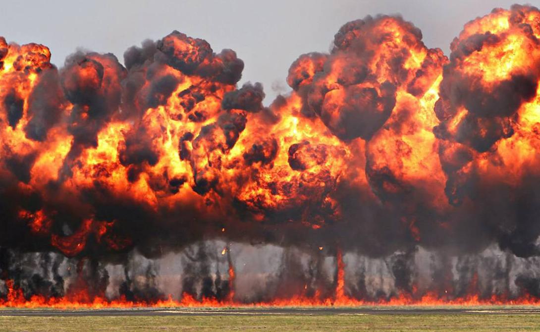 Напалм В 1942 году военная машина США получила в распоряжение одно из наиболее смертоносных и наиболее бесконтрольных средств массового уничтожения противника. Напалм применялся Израилем, Ираком и Аргентиной, пока ООН не приняло в 1980 году Протокол о запрещении зажигательного оружия. Исчез ли напалм из арсеналов на самом деле? Кто знает.