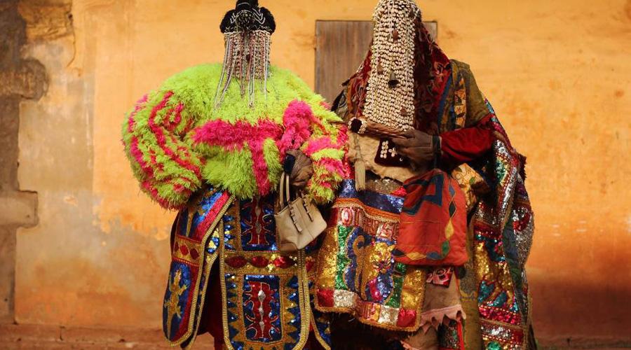 Маги Контакт между лоа и паствой осуществляют жрецы, разделенные на специальности. Хунганы и мамбо заведуют предсказаниями, а за черную магию отвечают бокоры. И те, и другие в своей практике используют множество ритуальных предметов, самым известным из которых является кукла вольт.