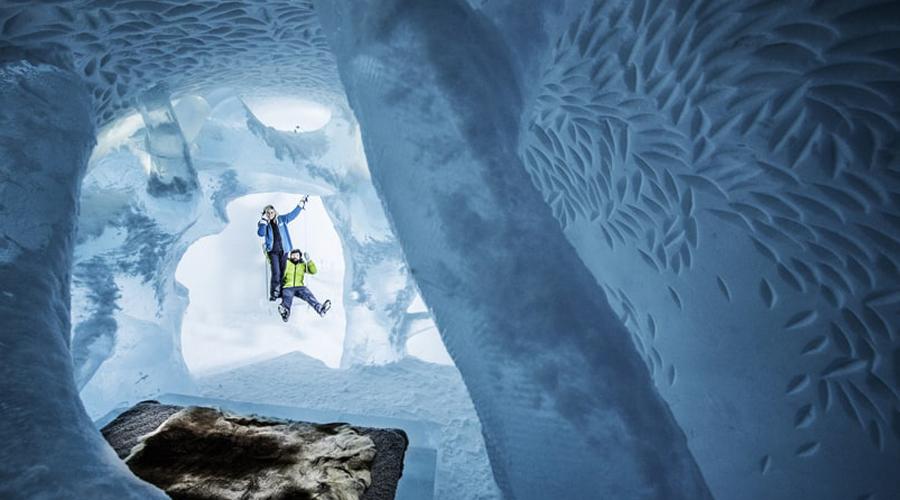 Icehotel Швеция Каждый год знаменитый Ледяной отель строится заново. Команда профессиональных художников создает 150 номеров, ледовый бар и даже церковь. Icehotel расположен в 400 километрах от полярного круга, так что световое шоу на Новый год вам обеспечено.