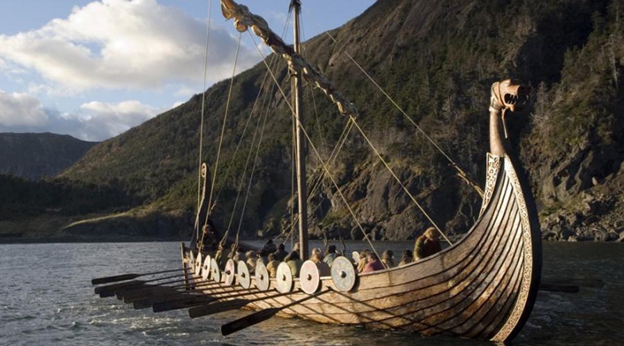 Флот Победа: викинги Некоторые историки считают викингов первыми пиратами. В самом деле, в мореходстве они достигли немалых успехов. Длинные драккары были отлично приспособлены и для глубоких, и для прибрежных вод. Маневренность кораблей викингов также оставалась на хорошем уровне, в то время как суда римский военно-морского флота в основном полагались на таранный удар носом и не могли оказать достойного отпора быстрому, маневренному кораблю.