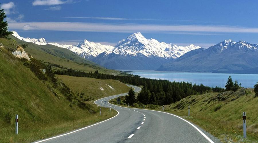 Швейцария 2.7 человека на 100 000 населения Еще в 2008 году показатель Швейцарии был 4.9 человека на 100 000 населения. К сегодняшнему дню доклад ВОЗ показал удивительный прогресс этой страны: всего 2.7 человека из 100 000 гибнет в ДТП.