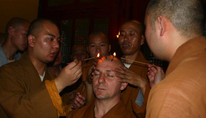 ЦзебаВ фильмах о кунг-фу часто показывают, как шаолиньским монахам на лбу наставники рисуют девять круглых точек (по три в каждом ряду), которые носят название «Цзеба» (Jieba). Эта священная метка служит признаком того, что монах завершил своё обучение. Каждая точка символизирует одно из девяти основополагающих правил поведения, которым должен следовать каждый монах. Миру известно всего 43 человека, которым удалось до конца пройти церемонию нанесения священной метки. Среди них есть один итальянец – Франко Тестини (известный как Ши Янь Фан), настоятель буддийского храма в Калифорнии.