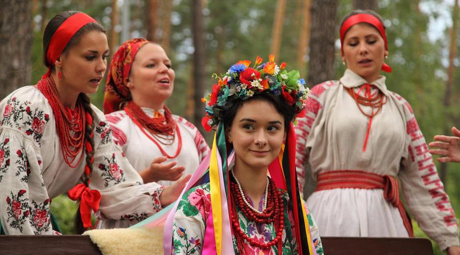 Украинцы Вплоть до XVIII века термин «украинцы» не имел на Руси этнического значения. Его применяли исключительно к пограничным землям и жившим либо служившим на них людям. Эта версия считается основной и наиболее распространена в академической среде.