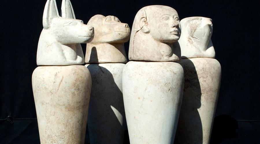 Сосуды хранения Все извлеченные из трупа органы тщательно сохранялись. Их промывали специальным составом, а затем помещали в сосуды с бальзамом, канопы. На одну мумию приходилось 4 канопа — их крышки украшали головы богов: Хапи (бабуин), Думаутеф (шакал), Квебехсенуф (сокол), Имсет (человек).