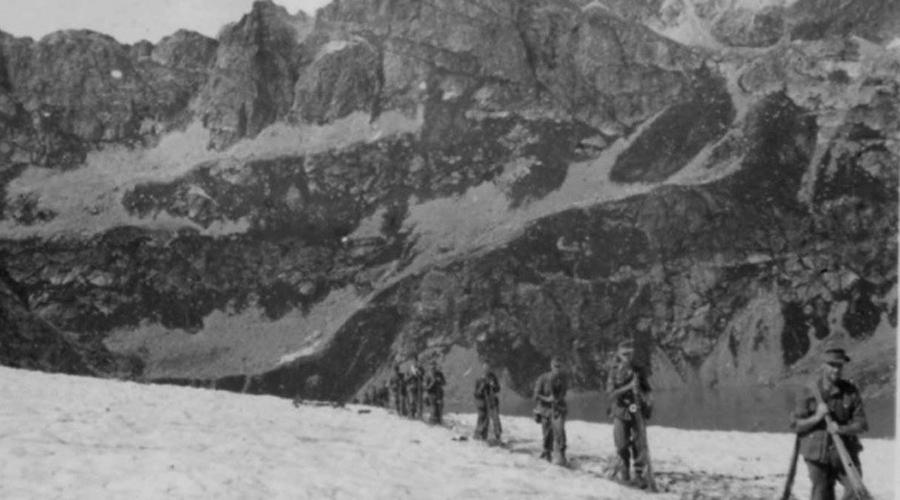 Дивизия «Эдельвейс» Третий рейх Это печально известная дивизия Вермахта была укомплектована хорошо подготовленными бойцами, имеющими опыт боевых действий в горах и на снегу. Солдаты дивизии были обучены всем видам боевых действий в горах: скрытно передвигаться, преодолевая все формы горного рельефа, выбирать позицию для наблюдения, для огневых точек, для засады и нападения, для обороны. Экипировка и спецснаряжение соответствовали наилучшим образцам своего времени.