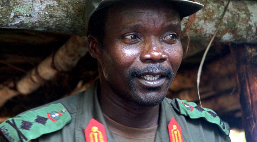 Джозеф Кони Этот угандиец организовал собственную армию, причем набрал ее из детей. Отряды «Армии Сопротивления Господа» находятся в оппозиции к легитимному правительству страны. Бойцы Кони — безжалостные убийцы, знакомые с автоматом чуть ли не с пеленок. Хитрый проповедник за время своего правления похитил более 35 000 детей: каждого из них обучали в течение нескольких месяцев, затем вооружали и отправляли на зачистку родных деревень. С 2005 года охоту на Кони объявили чуть ли не все спецслужбы мира, однако на данный момент поймать его так и не удалось.