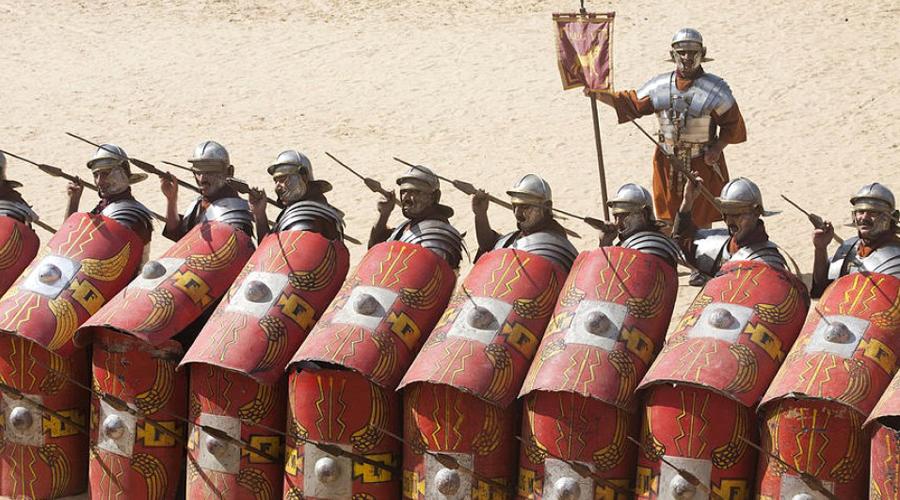 Тактика Победа: римляне Знаменитая «черепаха» римских легионеров была практически неуязвимым монстром из стали на поле боя. Даже превосходящие силы противника ничего не могли противопоставить профессиональным солдатам, умевшим точно и беспощадно разить копьями из-за стены щитов. В боевой тактике викингов также есть сражение при сомкнутом строе под прикрытием щитов, однако их способ был гораздо менее действенным.