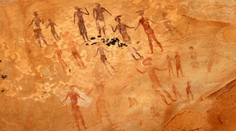 Петроглифы Тассилин-Аджер Еще одну стену полностью расписанную странными рисунками обнаружили археологи в пустыне Сахаре. Многие из петроглифов (их возраст превышает 15 000 лет) изображают обычную жизнь, охоту и земледелие. Но некоторые картинки показывают странных, не похожих ни на что монстров. Рядом с ними изображены те, кого современный человек непременно принял бы за астронавтов: круглые шлемы, костюмы, перчатки и сапоги.