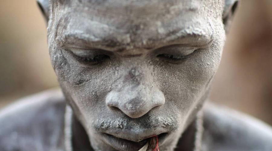 Превращение в зомби Термин «зомби» привезли на Гаити африканские рабы еще в начале XVIII века. Родина слова — полумистическое королевство черного континента Дагомея. На самом деле слово «зомби», как выяснили исследователи, является искаженной формой «nzambi», что в переводе с африканского банту значит «душа мертвеца».С помощью особой смеси, содержащей тетродотоксин, бокор вводил человека в состояние глубокой комы и спокойно ждал, пока семья несчастного не похоронит тело. Спустя день после погребения колдун приходил на кладбище и выкапывал свежеиспеченного раба: кислородное голодание, помноженное на токсичное воздействие зелья, приводило к повреждению головного мозга жертвы — области, отвечающие за память и речь, попросту отмирали, и из могилы вставало существо, умеющее лишь выполнять команды колдуна.