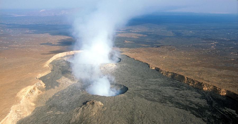 Извержение вулкана Вулкан Даббаху прервал свою вечную дрему в начале 2005 года. Извержение было столь мощным, что инициировало целый период интенсивной сейсмической активности во всем регионе. Земная кора покрылась трещинами, быстро распространяющимися на юг. За несколько дней образовалась и самая обширная фиссура, длина которой составляет 60 км. От края до края сейчас пролегает 8 метров, глубина же опустилась на 4 метра.
