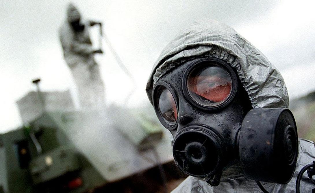 Химическое оружие Золотой век химического оружия наступил в Первую мировую войну. Правда, уже в 1928 году в Женеве был подписан первый протокол о запрете ядовитых газов, что не помешало ни Германии, ни Японии использовать отравляющие вещества во Второй мировой. Во Вьетнаме армия США также не брезговала химикатами, так что пришлось запрещать такое оружие еще раз, в 1997 году. Но и сегодня вопрос окончательно не решен: официально арсенал имеющихся запасов химического оружия будет уничтожен только к 2020 году.