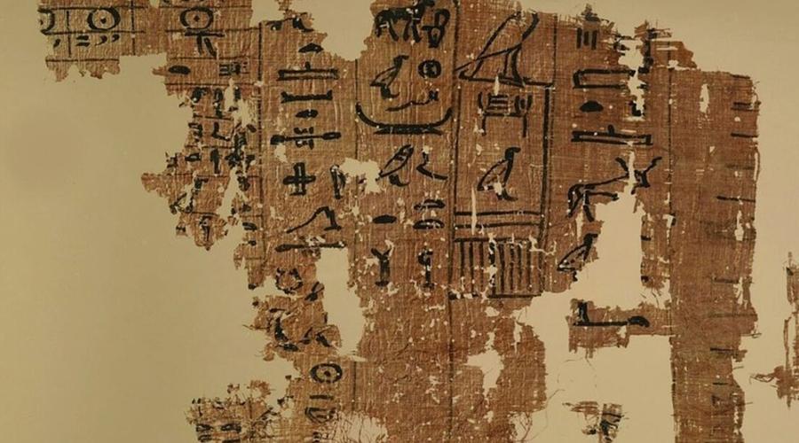 Древнейшие манускрипты Египта Египет продолжает оставаться самым интересным местом на земле — для археологов. Каждый год здесь находят все новые артефакты, которые позволяют историкам более полно понять общую парадигму эволюции человечества. Несколько месяцев назад исследователи обнаружили древнейшую на данный момент могилу фараона: отсюда вынесли 30 папирусов, личные вещи и даже погребальную лодку древнего владыки. Возраст находок превышает 4 500 лет — пока это рекорд.