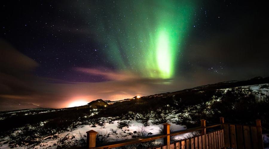 Brekka Исландия Расположенный всего в 45 минутах езды от Рейкьявика, этот дом с тремя спальнями напоминает настоящую мечту отшельника: тихий океанский прибой, задумчивые громады гор и ничего лишнего.