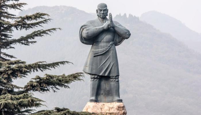 Кунг-фу История кунг-фу также началась задолго до Шаолиня. Ко времени становления династии Мин (1368-1644 г. н) Шаолинь действительно стал ассоциироваться именно с этим боевым искусством, но на деле эталонные техники кунг-фу зародились примерно в 500 г. до Р. Х.