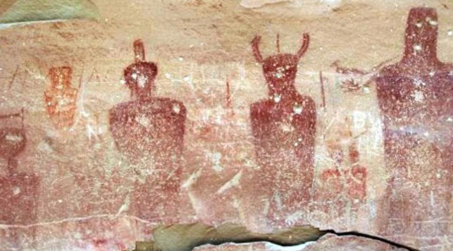 Наскальная живопись Сего Эти потрясающие рисунки были сделаны 8 000 лет назад. Авторы, коренные американцы, изобразили странных существ с преувеличенно большими головами, глазами и непропорциональными размерами тела. Археологи находят странную визуальную связь между работами индейцев и петроглифами из Сахары.