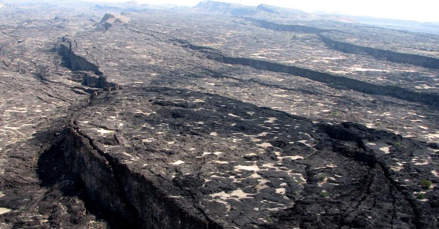 Афарский тройник Афарская котловина является тектоническим тройником. Здесь пересекаются Рифт Красного моря, Восточно-Африканский рифт и Аденский хребет. Точкой пересечения является озеро Абба. Котловина является вторым местом в мире (кроме Исландии), где океанические хребты могут быть изучены на суше.