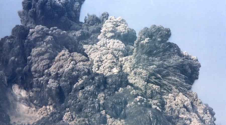 Извержение Тамбора Вулкан взорвался на юге Индонезии в 1815 году. Это извержение не идет ни в какое сравнение с Везувием и Кракатау: в течение следующих трех лет после извержения Тамбора, вулканический пепел окутывал всю планету. Глобальная температура упала на полтора градуса, что привело к гибели 120 000 человек.