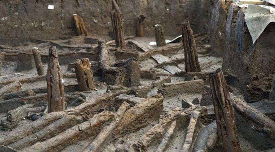 Британские Помпеи Английское поселение бронзового века, расположенное в графстве Кембриджшир, стало одной из наиболее удивительных находок этого года. 3000 лет назад местные жители построили себе компактный городок, разместив хижины на сваях над рекой. Гигантский пожар застал поселенцев врасплох — люди бросились прочь, оставив все на своих местах. Огонь подточил сваи и сами жилища упали в реку, где густой ил и глина будто бы запечатали все в капсуле времени. Благодаря этой находке, исследователи теперь могут досконально воссоздать быт и нравы людей бронзового века.