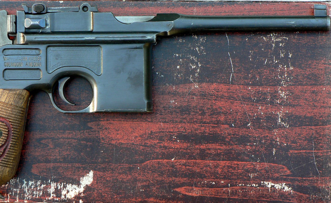 Приклад «Маузер» стал первым в мире пистолетом, оснащенным кобурой-прикладом. Она традиционно изготавливалась из орехового дерева, со стальной вставкой с механизмом фиксации на переднем срезе. В длину кобура была 35,5 см, а в самой широкой части достигала 10,5 см — в карман такую штуковину не засунешь. Но никто на габариты оружия не жаловался: с примкнутым прикладом эффективная дальность стрельбы «Маузера» составляла внушительных 300 метров.