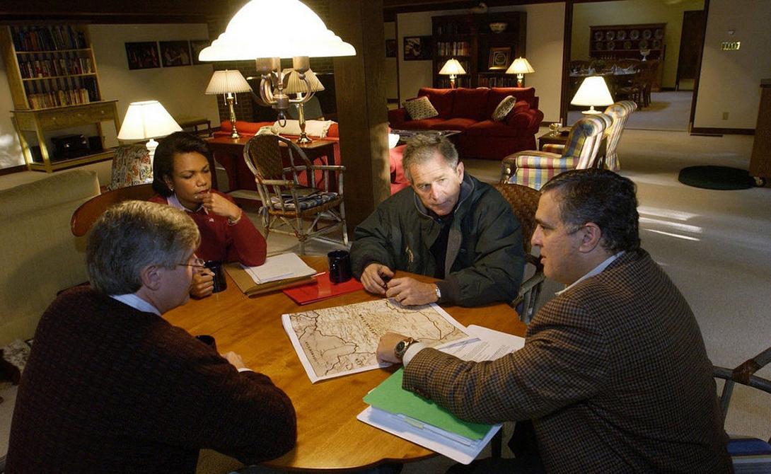 Президент Джордж Буш на секретном совещании по операции «Буря в пустыне», 2001 год