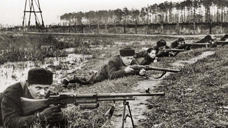 Неудачный блицкриг Тщательно разработанный план операции «Барбаросса» подразумевал падение Москвы в первые месяцы войны. Как говорится, гладко было на бумаге: солдаты Вермахта брали верх над Красной Армией, но гораздо медленнее запланированного. Битва за Смоленск стоила немцам двух месяцев: наступление на столицу началось лишь 30 сентября, что ставило под большой вопрос реальность завершения операции до первых заморозков.