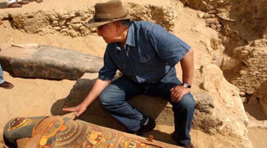 Египетское мумифицирование В Египте же мумифицирование зародилось только в 4500 году до нашей эры. Столь точную дату позволили выяснить раскопки английской экспедиции, проведенные в 1997 году. Египтологи относят самые ранние захоронения мумий к так называемой баддарийской археологической культуре: в то время конечности и головы мертвецов египтяне оборачивали льном и рогожей, пропитанных специальным составом.