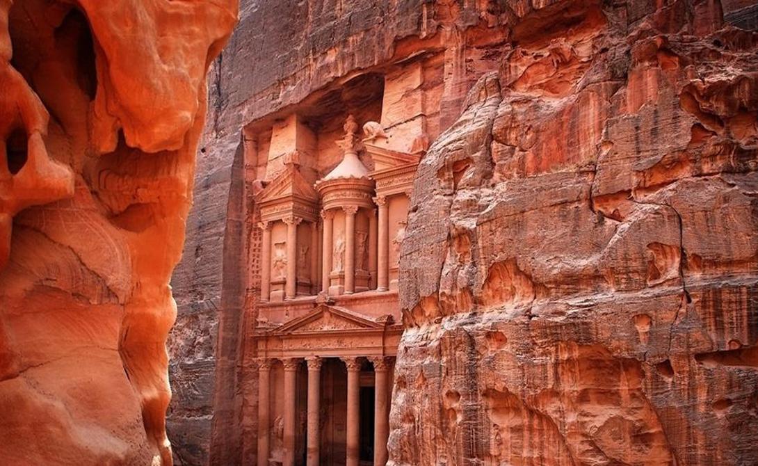 Аль-Хазне Знаменитая Сокровищница фараона была первоначально храмом богини Исиды. Этот мавзолей считается величайшим примером древнего зодчества — архитекторы до сих пор в точности не понимают, как набатеи сумели вытесать такое невероятное сооружение без использования строительных лесов.