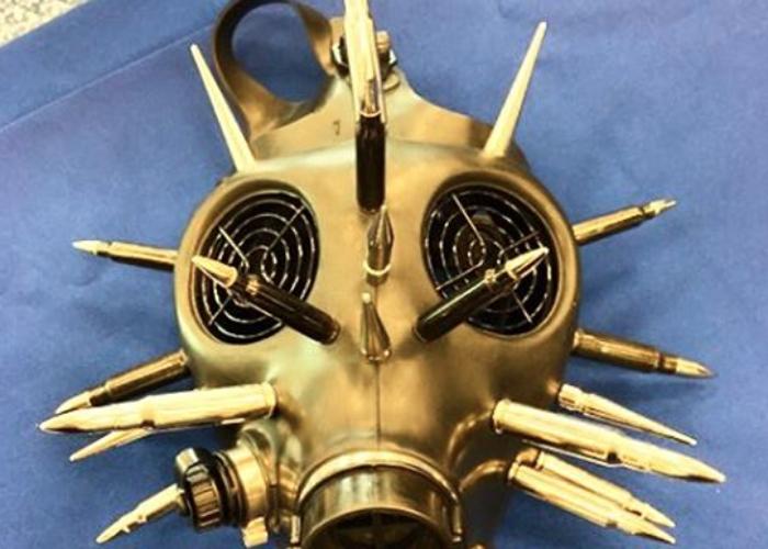 Противогаз А это уже артефакт ярого поклонника Безумного Макса. Нет никакого запрета на пронос противогаза в салон самолета — вот только прикрепленные к маске патроны оказались настоящими.