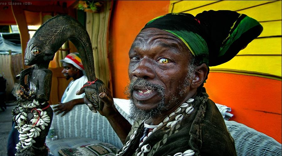 Истоки Первых рабов из Африки европейские колонизаторы завезли на Гаити еще в 1503 году. Эту дату можно принять за точку отсчета в становлении вуду как полноценной религии. Оторванным от родной земли и лишенным свободы африканцам приходилось играть по навязанным правилам: католичество насаждалось среди рабов буквально огнем и сталью. Здесь впору сломаться, но чернокожие рабы нашли хитрый способ сохранить свои анимистические верования, облачив их в христианские одежды.