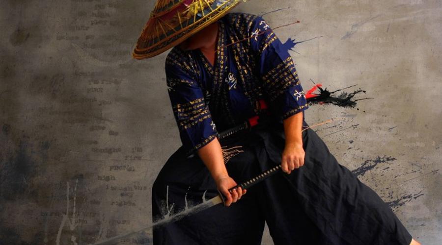Стиль боя Ниндзюцу древних шиноби до сих пор считается чуть ли не самым смертоносным боевым стилем мира. Считается, что именно ниндзюцу практикуют в японских спецподразделениях, найти же настоящего мастера на Западе просто нереально. В отличие от самураев, всю жизнь оттачивающих рукопашный бой и схватку на мечах, ниндзя были экипированы лучше. Арсенал шпиона включал в себя отравленные дротики, метательные ножи, сюрикены и боевые цепы. Арсенал самурая состоял из двух мечей: длинной катаны и короткого кинжала-вакидзаси. С другой стороны, на открытом пространстве самурай имел бы преимущество за счет длинны меча — лезвие традиционного ниндзя-то редко превышало 60 сантиметров.