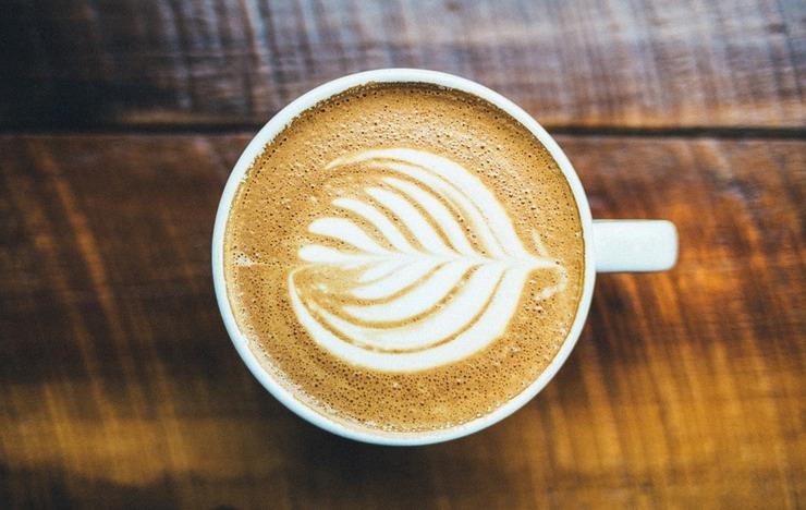 Зеленый чай и кофе Антиоксиданты, которых очень много в зеленом чае, помогают организму сжигать лишних 70-100 калорий — и это безо всяких тренировок. Кофеин же является естественным стимулятором: если пить кофе в умеренных количествах, то он также сможет повысить скорость вашего метаболизма.