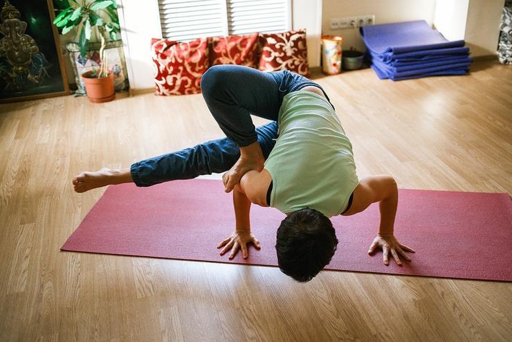 Расслабьтесь При стрессе организм начинает в огромных количествах вырабатывать кортизол. Обилие этого гормона замедляет метаболизм и увеличивает нашу способность сохранять жир подольше. Вам таких бонусов точно не надо.