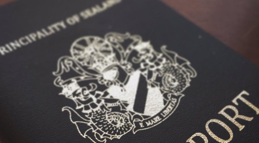 Афера с документами Для международной преступности существование Силенда стало настоящим подарком. В 1997 году Интерпол наткнулся на синдикат, продававший фальшивые силендские документы. Дипломатические паспорта, водительские права, обычные гражданские документы — в Европе по таким бумагам умудрялись покупать оружие, открывать банковские счета и устраивать целые аферы. Операция по блокировке поддельных документов потребовала нескольких лет и стоила Интерполу около 10 миллионов долларов.