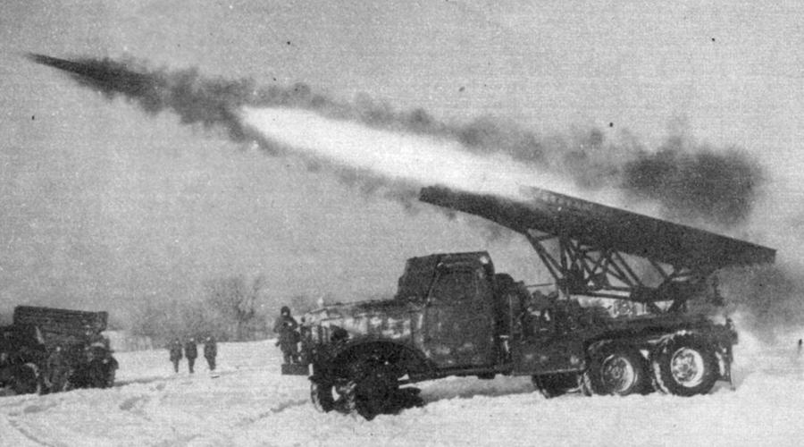 Реактивные снаряды За год, с 1937 по 1938 в РНИИ были разработаны, а затем и приняты на вооружение реактивные снаряды РС-82. Мощные снаряды устанавливались на истребители И-16: при Халхин-Гол они показали себя великолепно. Командование РККА задумалось о другом применении РС-82, и приказы придумать новую конструкцию получили все те же специалисты РНИИ.