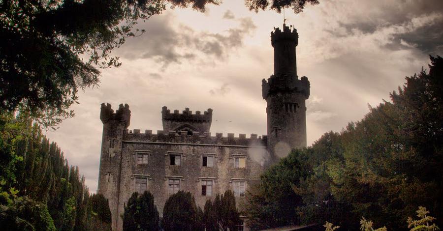 Замок Шарлевиль Ирландия Этот готический замок в графстве Оффали частенько навещает девушка, которая сломала шею в попытках сбежать из заточения. По легенде, злой отец заключил красотку в самую высокую башню: возлюбленный пришел вызволять ее, но не смог удержаться на гладкой стене и рухнул вниз. Девушка тоже не стала медлить и кинулась вслед. Именно этот замок появился в одной из серии Ghost Hunters International, после чего сериал просто закрыли — ведь во время съемок таинственно исчез один из продюсеров.