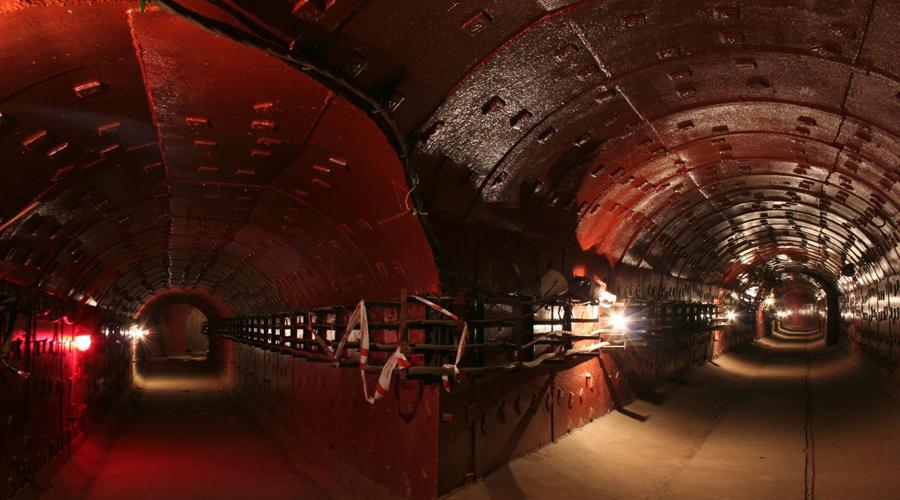 Рассекреченные объекты В 2006 году в самом центре Москвы открылся музей холодной войны, ЗКП «Таганский». На глубине 60-и метров раньше был расположен секретный бункер ПВО, соединявшийся тоннелем со скрытой системой метрополитена. Еще раньше, в 1996 году показали и другой объект: подземную дорогу от Кремля до ближней дачи товарища Сталина. Построена она была еще в 1930-е годы прошлого века, так что существование более продвинутых и более поздних объектов можно считать доказанным.