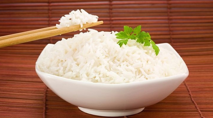 Низкокалорийный продукт Модели считают рис манной небесной. Низкокалорийность продукта (110 ккал на 100 грамм) и в самом деле может стать спасением для тех, кого цифра на весах уже пугает. Притом, при грамотном планировании распорядка дня чувства постоянного голода можно не бояться.