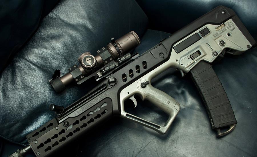 Тавор Еще одна разработка израильских инженеров остается стандартным оружием пехоты ЦАХАЛ. Конструкция буллпап делает винтовку очень компактной, что немаловажно в условиях городских боев. Тавор использует стандартные патроны 5,56 мм.