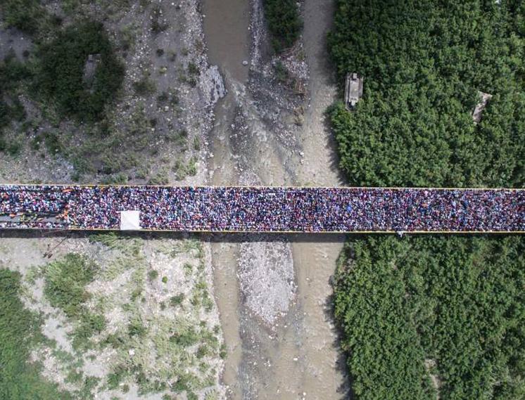 Тысячи венесуэльцев пересекаютграницу с Колумбией