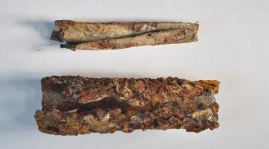 Серебряный свиток При раскопках древнего иорданского города Джараш археологи наткнулись на крохотный серебряный амулет. В 2015 году ученым удалось развернуть микроскопический свиток, не повредив его. Обнаружилось, что вся внутренняя сторона покрыта странными, не переводимыми ни на один существующий язык письменами.