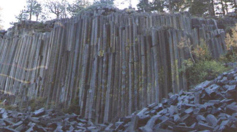 Байгунские трубы В 1996 году на горе Байгуншань были найдены доисторические железные трубы. Два десятка труб выходят из скальных пород, будто когда-то они обеспечивали вентиляцию некоему подземному комплексу. Анализ показал, что возраст артефакта превышает пять тысяч лет. В ту пору человечество еще не знало железа и ученые просто не понимают, как такое вообще возможно.