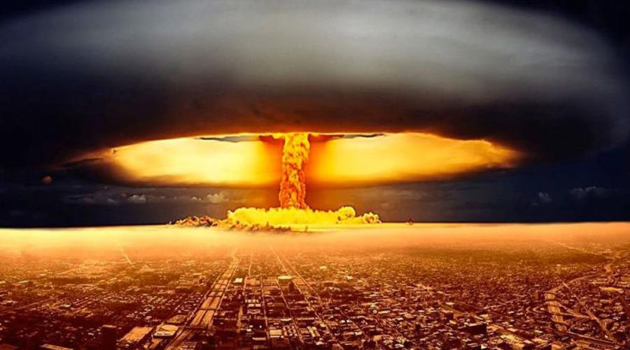 Атомная бомба Провидец: Герберт Уэллс Знаменитый фантаст сумел предсказать появление атомных бомб еще в 1914 году. Уэллс описывал урановые гранаты на страницах «Освобожденного мира», замечая, что они будут поражать людей еще долго после самого взрыва. Манхэттенский проект, тот самый где разработали первую атомную бомбу, стартовал спустя 28 лет после публикации книги.
