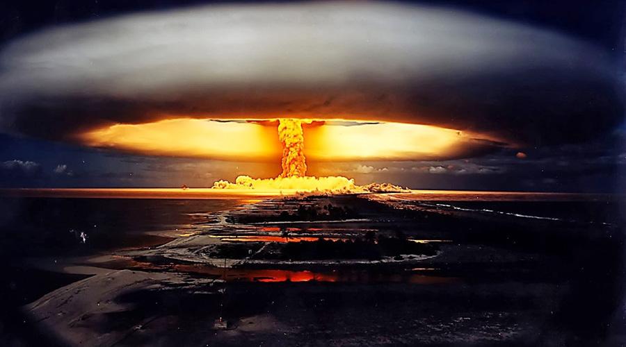Хиросима и Нагасаки Тяжёлая стрела взяла курс,Смерть насловах— великое достижение,Гордый народ унижен камнем вдереве,Слухи очудовищном человеке, принёсшем очищение, затем искупление Интерпретаторы катренов Нострадамуса считают фразу «камень в дереве» описанием грибообразного облака от ядерного взрыва. Стрела, гордый народ и смерть на словах (радиационное отравление выживших) понятны и без перевода.